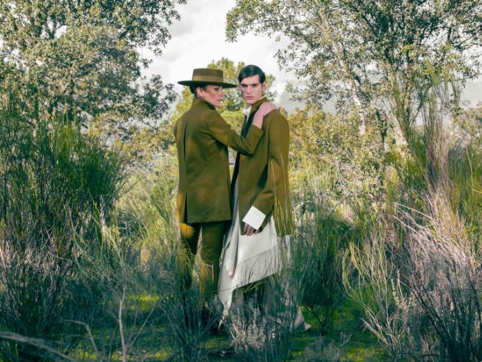 Mujer y hombres con trajes verdes en un bosque