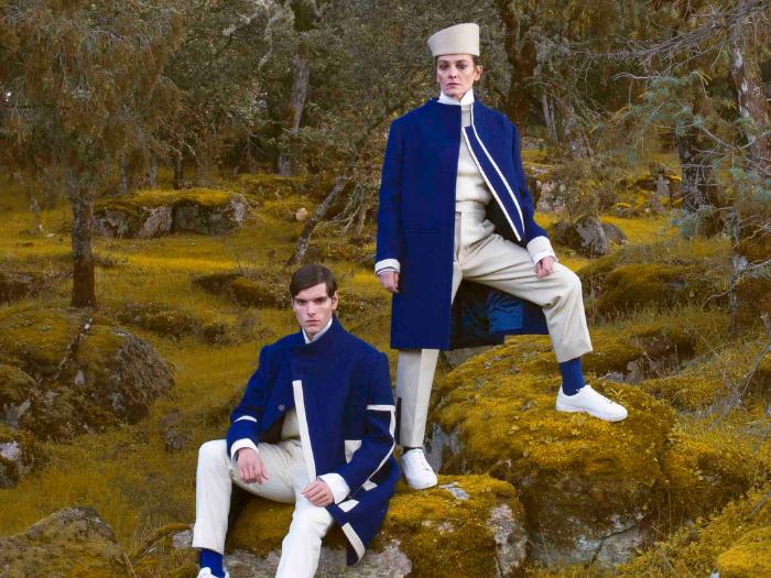 Mujer y hombre vestidos de blanco y azul en un bosque