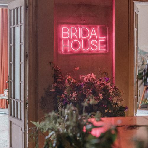 Letrero luminoso de Bridal House