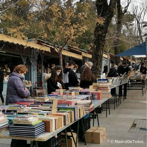 Gente compra libros en la Cuesta de Moyano