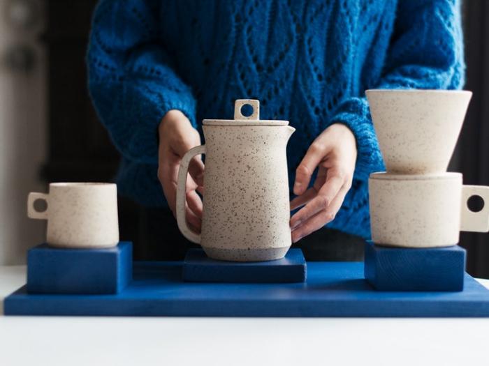 Tazas y jarra de cerámica gris