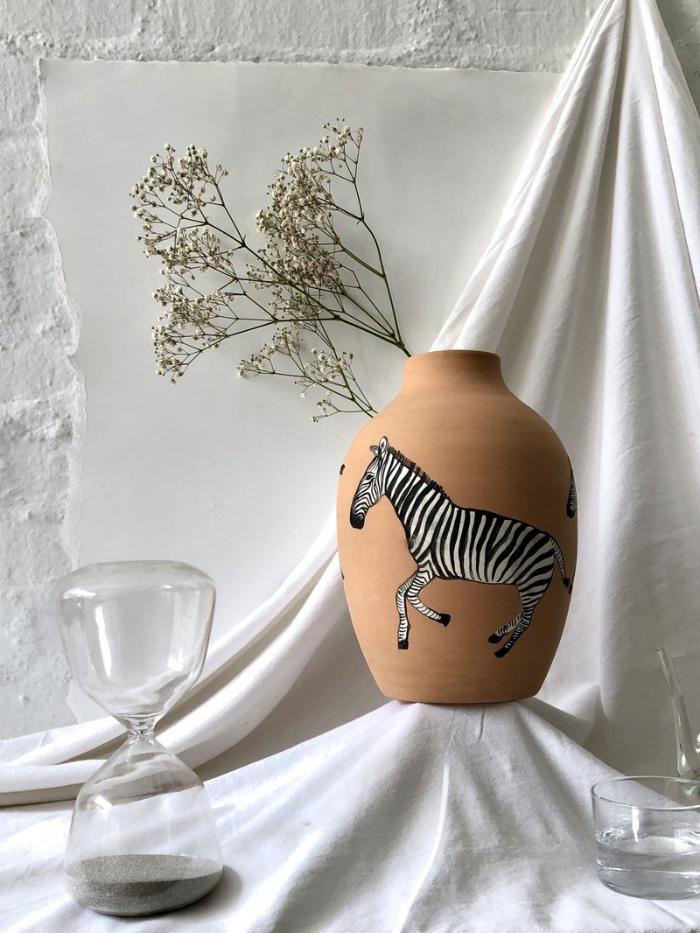 Jarrón de cerámica con cebra pintada