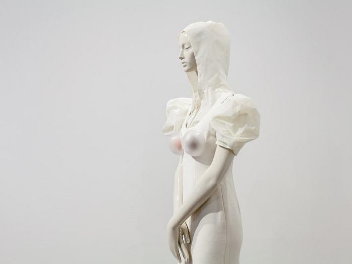 Maniquí de la exposición de N5 de Omar Ayyashi