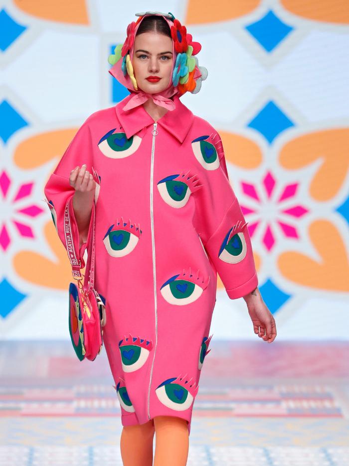 Modelo con abrigo rosa de Ágatha Ruiz de La Prada