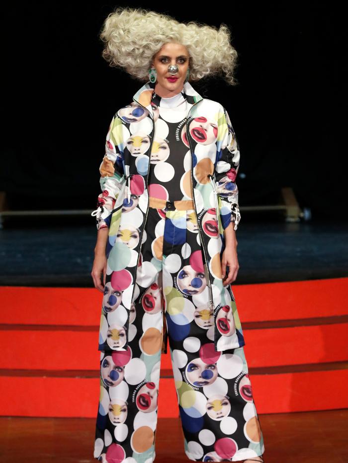Modelo con traje de Eduardo Navarrete