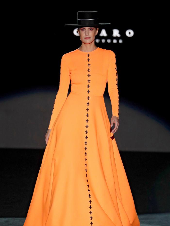 Modelo con vestido naranja de Fernando Claro