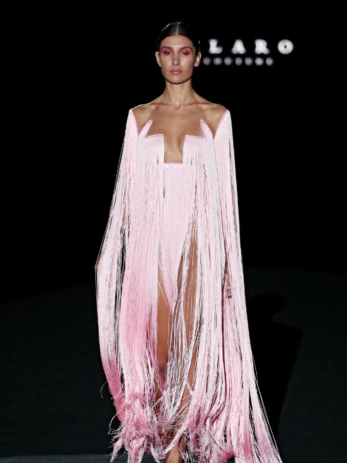 Modelo con vestido rosa de Fernando Claro