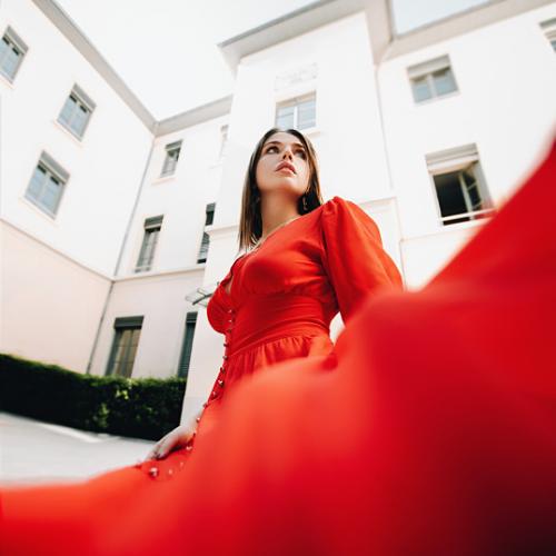 Modelo vestida con vestido rojo