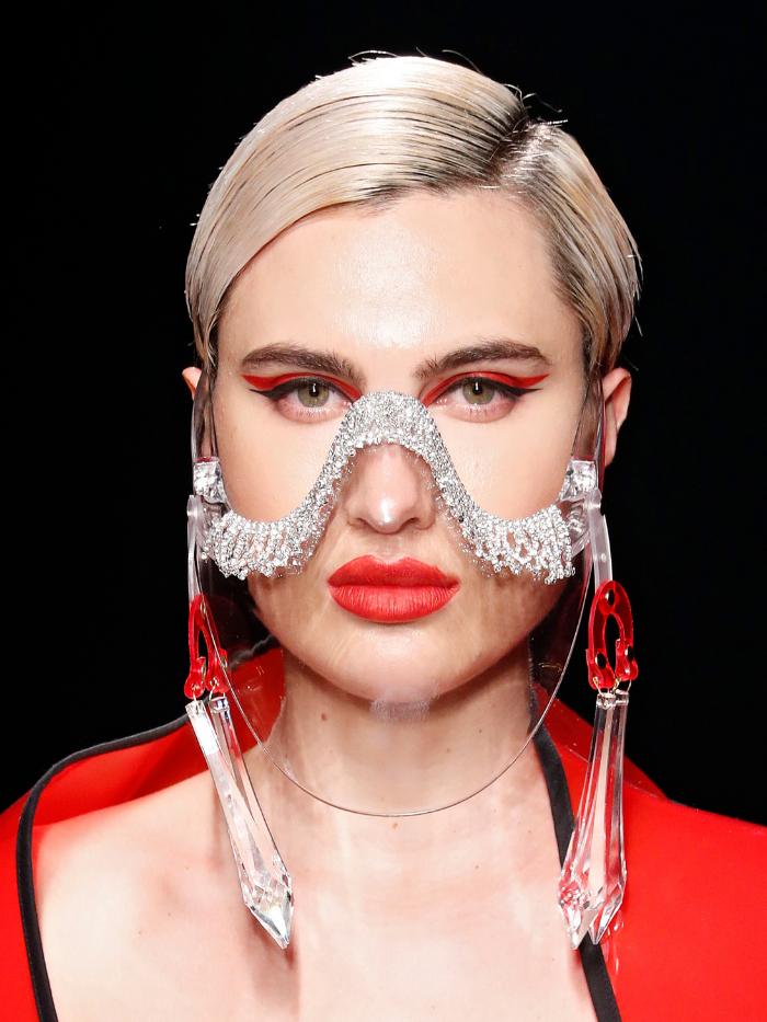 Modelo con mascarilla de Maya Hansen