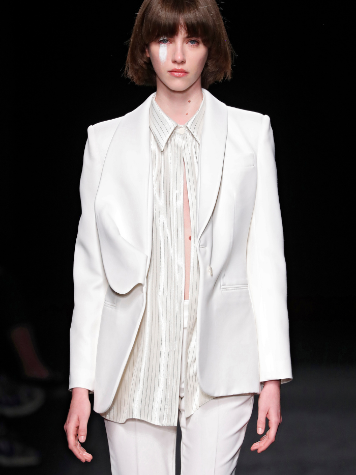 Modelo con traje blanco de Otrura