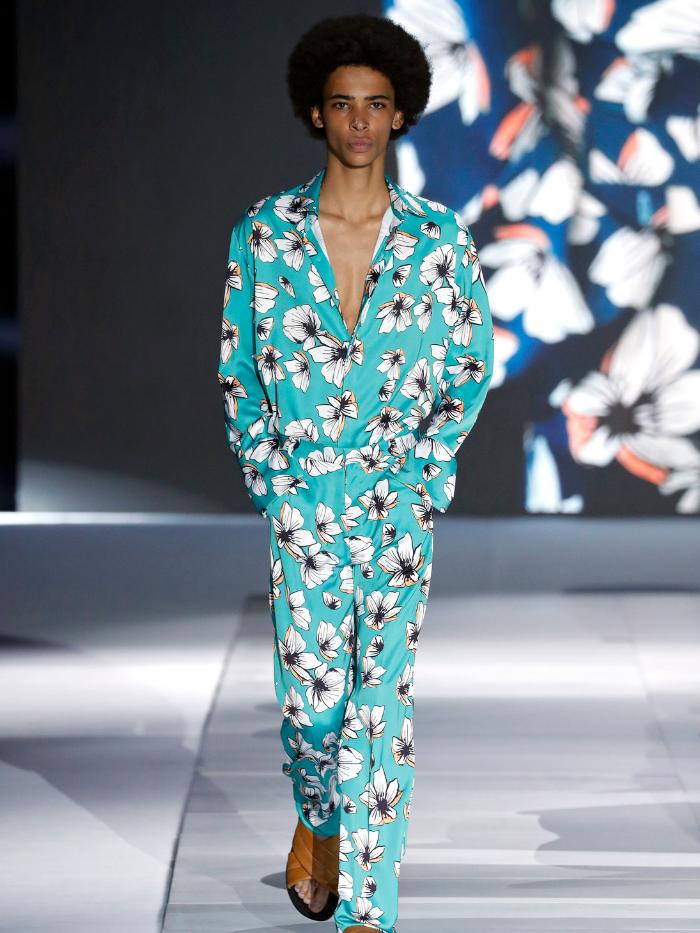 Modelo vestido con traje de flores de Pablo Erroz