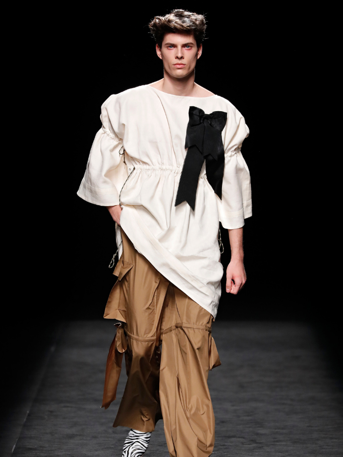 Modelo vestido de Sergio Villasante