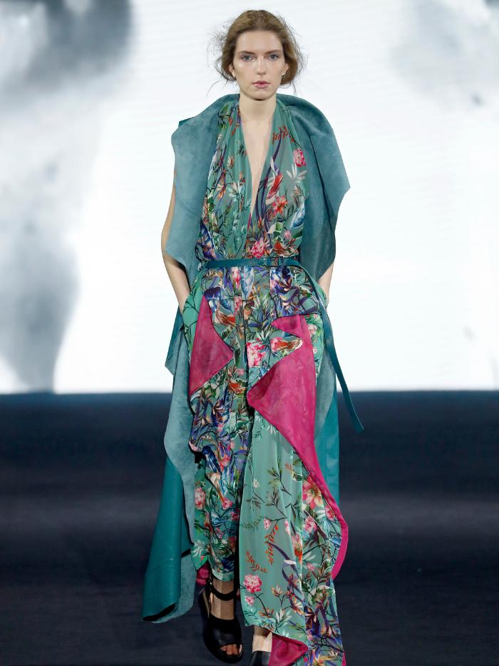Modelo vestida por Ulises Mérida