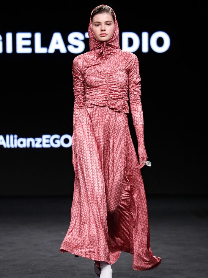 Modelo vestida de Georgiela Studio