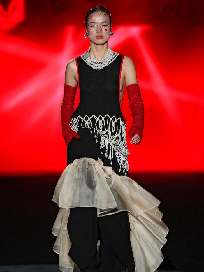 Modelo vestida de Guillermo Décimo