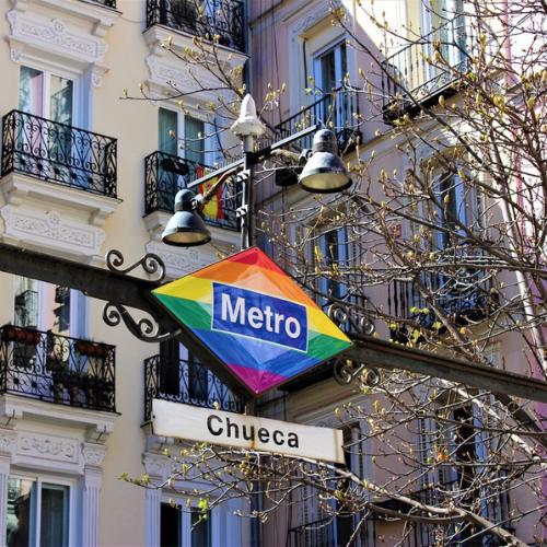 Metro de Chueca con la bandera del Orgullo Gay