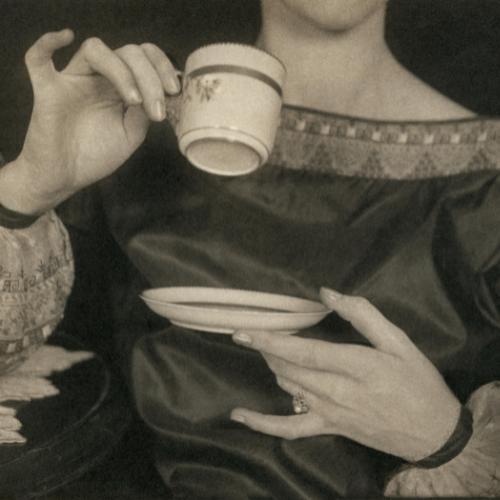 Autoretrato de Margaret Watkins con taza de té