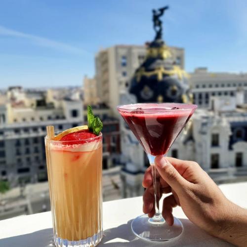 Dos cócteles frente al edificio Metrópolis de Madrid