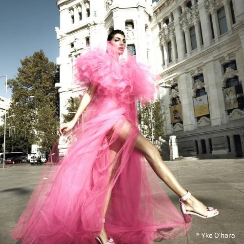 Modelo vestida por María Lafuente frente al Ayuntamiento de Madrid