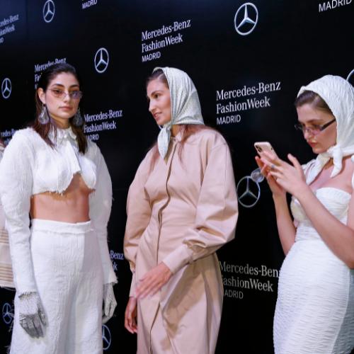 Modelos esperan su turno antes del desfile de Georgiela Studio durante Mbfw Madrid capital