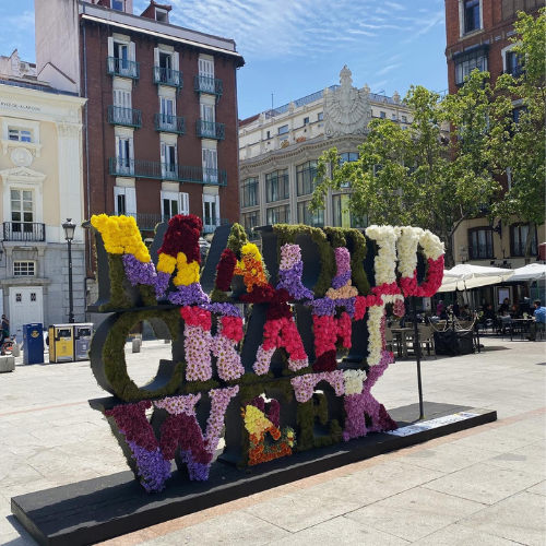 Cartel floral de Madrid Craft Week en la Plaza de Santa Ana