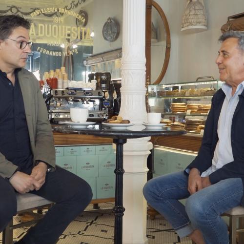 Dos hombres conversan en La Duquesita